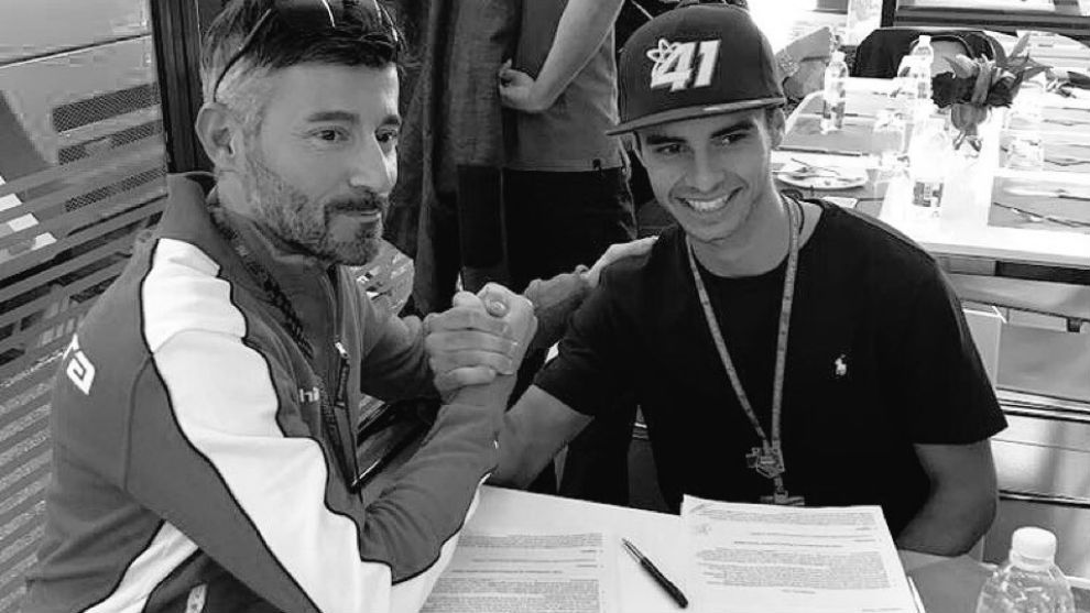 Biaggi, con Marc García durante la firma del contrato.