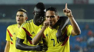 Carlos Bacca (31) celebra junto a Dávinson Sánchez (21) y Giovanni...