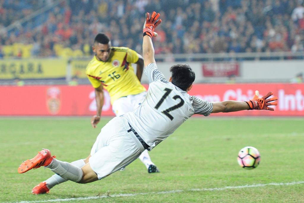 Miguel Borja (24) marca su segundo gol ante la selección China