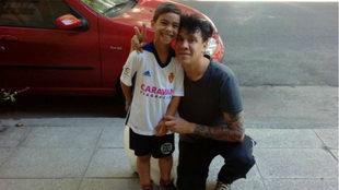 Gastón Castro en Buenos Aires con el hijo de un amigo al que ha...