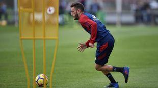 Roberto Torres (28) conduce una pelota durante un entrenamiento de...