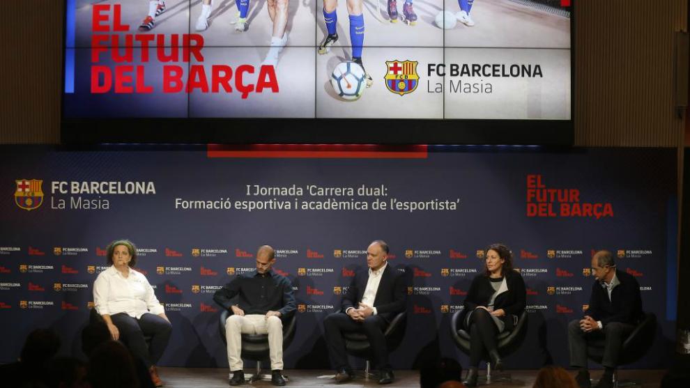 Los ponentes de la charla de este martes en el Camp Nou.