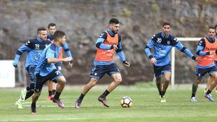 Tayron (26) conduce la pelota durante un entrenamiento del Tenerife.
