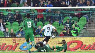 Agüero se anticipa para marcar el segundo gol de Argentina.