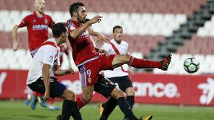 Borja Iglesias remata en el partido ante el Sevilla Atlético.
