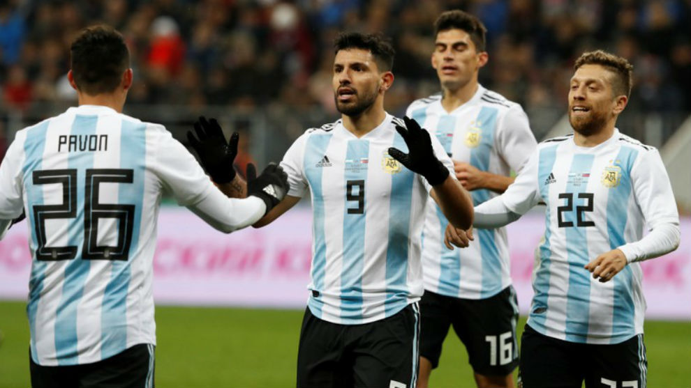 Agüero agradece a Pavón la asistencia del 2-0.