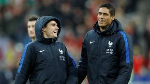 Varane bromea con Griezmann antes del amistoso ante Gales.