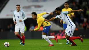 Neymar se zafa de la marca de Joe Gómez.