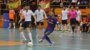 Joselito golpea el balón ante la presencia de Chicho.