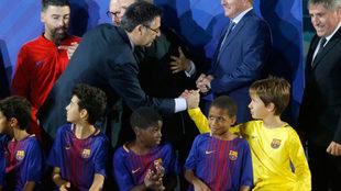 Josep Maria Bartomeu saluda a un canterano del Barça.