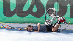 Cisco cae de la silla durante un entrenamiento.