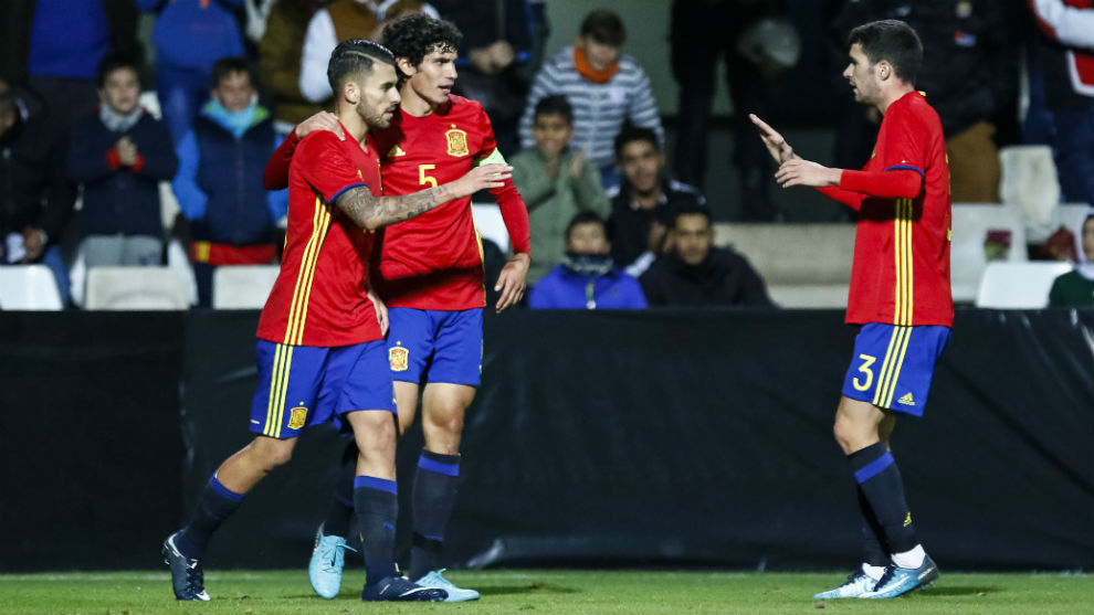 Ceballos, Vallejo y Aaron celebran uno de los goles de España.