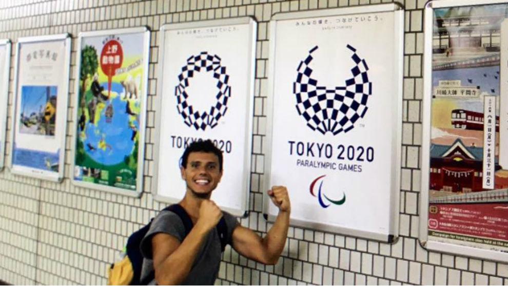 Cisco García, en Japón, junto a un cartel de las Paraollimpiadas de...