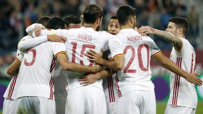 Los jugadores españoles se abrazan tras uno de los goles.