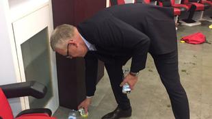 El técnico 'Janne' Andersson (55) ayuda a limpiar el...