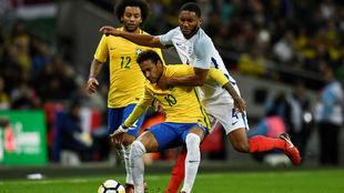 Joe Gomez trata de arrebatar el balón a Neymar.