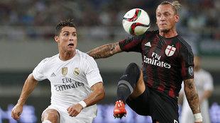 Mexes pugna por un balón con Cristiano Ronaldo
