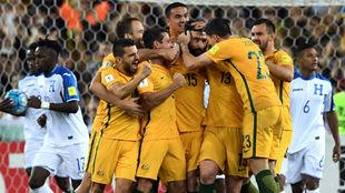 Los jugadores de Australia celebran el primer gol de Jedinak.