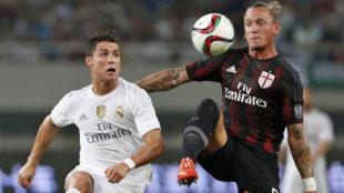 Mexes pugna por un bal�n con Cristiano Ronaldo