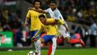 Joe Gomez trata de arrebatar el bal�n a Neymar.