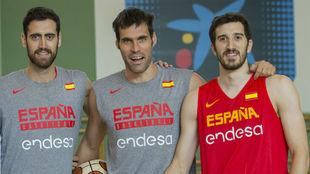 Sastre, San Emeterio y Vives, jugadores del Valencia Basket, con la...