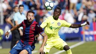 Amath Ndiaye (21) disputa el balón con José Luis Morales (30) en el...