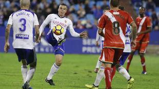 Jorge Pombo controla un balón frente al Rayo.