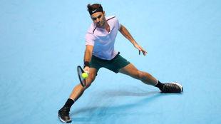 Federer se desliza para llegar a una pelota