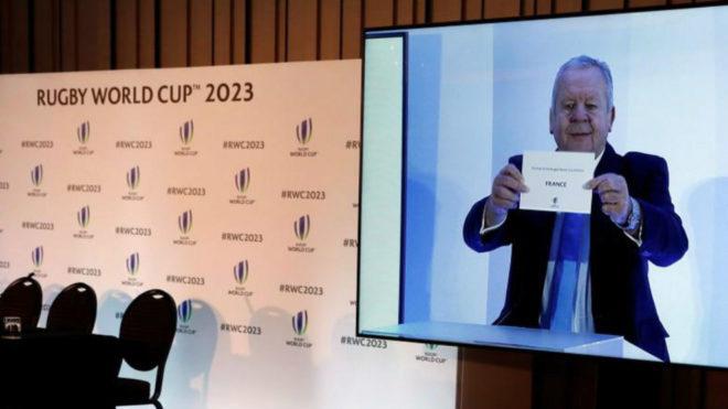 Momento en el que Bill Beaumont, presidente de la World Rugby, anuncia...