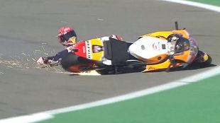 Márquez sufre una caída en Cheste.