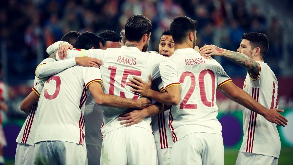 Los jugadores de la Selección Española se abrazan tras uno de los...