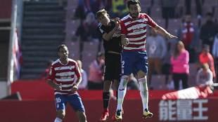 'Chico' Flores y Pozo, con Víctor Ruiz al fondo, saltan en...