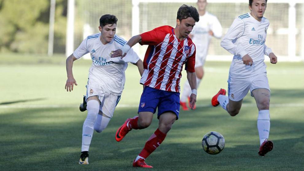 Fran García lucha por un balón en el derbi juvenil