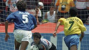 Bebeto y Paolo Maldini en la final de 1994.