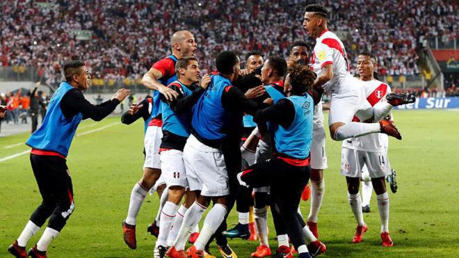 Los jugadores de Perú celebran uno de los goles logrados ante Nueva...