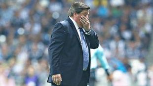 Herrera lamentó el mal estado de la cancha
