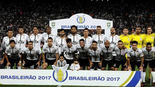La plantilla del Corinthians posa tras proclamarse campeones.