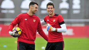 Sergio Rico y David Soria bromean en un entrenamiento.