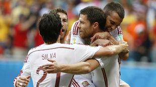 Xabi Alonso celebrando un gol con España con Jordi Alba, Silva y...