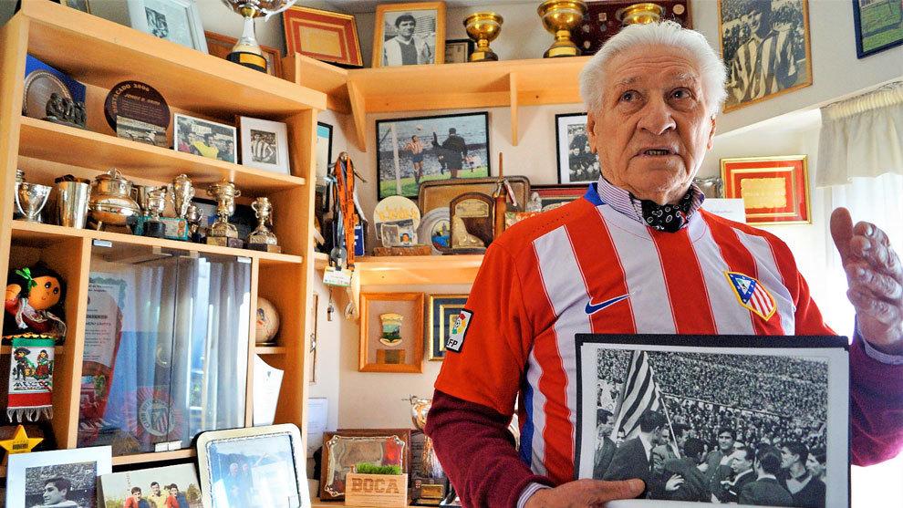 Griffa (82) posa con la camiseta del Atlético de Madrid