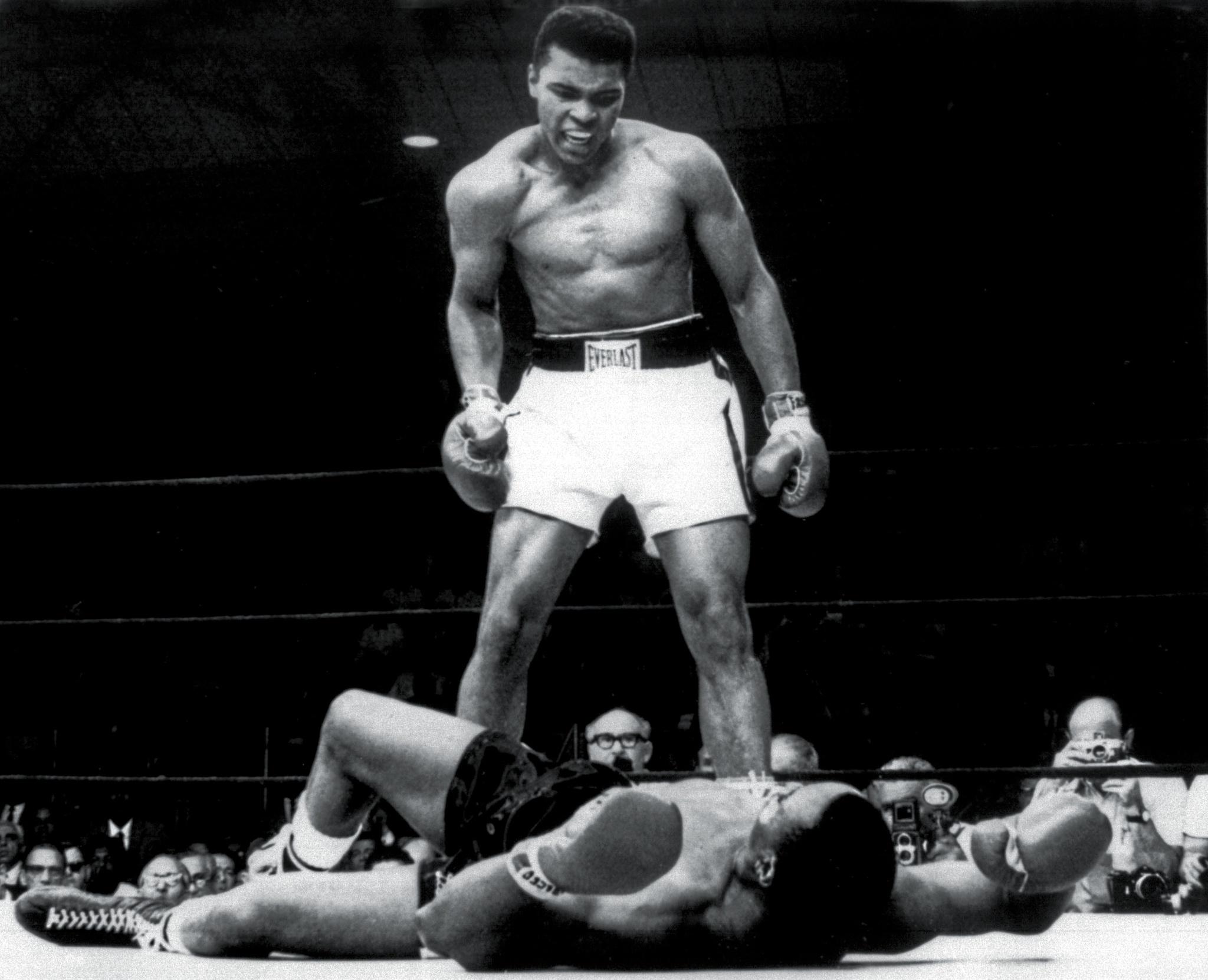 Cassius Clay (Muhammad Alí) tumbando a Sonny Liston en 1965