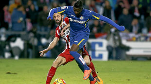 Karim Yoda luchando un balón con Juanfran (Atlético)