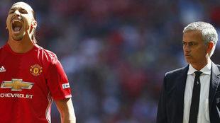 Ibrahimovic y Mourinho, en un partido de la temporada pasada.