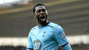Adebayor celebra un gol durante su etapa en el Tottenham.