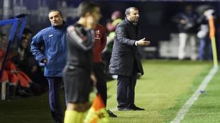 José Luis Oltra  gesticula en la banda de El Sadar, con Diego...