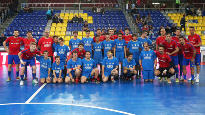 Paco Sedano posa en el Palau Blaugrana junto a sus compañeros y a los...