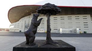 La estatua del Oso y el Madro�o ante el Wanda Metropolitano.