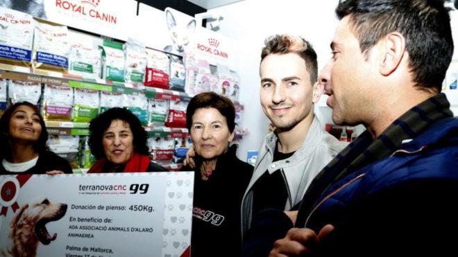 Lorenzo, con su madre, en la tienda.
