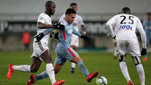 Falcao defiende el balón de la presión rival