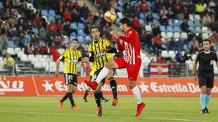 Juan Muñoz remata de cabeza en el partido de ayer.